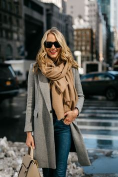 Women's class coat – fall-winter trends - Mode et Beaute Winter Coat Outfits, Winter Fashion Outfits, Fall Outfits, Winter Scarf Outfit, Burberry Scarf Outfit, Outfit Look, Grey Outfit, Mantel Outfit, Cool Winter