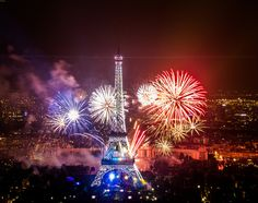 Le bouquet final des feux d'artifice devant la Tour Eiffel