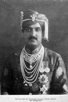 Maharaja Hari Singh of Jammu & Kashmir Old Pictures, Old Photos, Vintage Photos, Royal Jewels, Crown Jewels, Turbans, Royal Indian, Indian Ethnic, History Of India