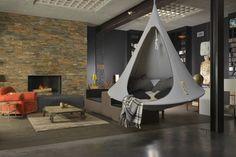 Créez un coin lecture coupé du monde avec une tente suspendue dans le salon