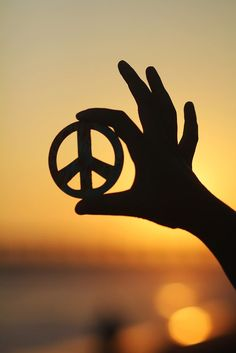 My hand to yours Ashlie Terry peace right back to you! Paz Hippie, Hippie Peace, Happy Hippie, Hippie Love, Hippie Style, Peace Love Happiness, Peace And Love, My Love, Peace On Earth