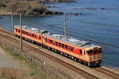 普段は気動車の走らない鯨波界隈を走行する急行色の気動車。 4月12日および13日に快速〈新潟うまさぎっしり博号〉が直江津~新潟間で運転された。これは新潟市内にて開催されたイベント「新潟うまさぎっしり博2014」に合わせて運転されたもので、急行色となったキハ48 523+キハ40 583の2輌を使用しての運転となった。 /信越本線 青海川―鯨波 26.04.13 Saitou Daiki.jpg