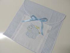 Envelope para organizar as roupinhas que vão para a maternidade. <br>Em tricoline, bordado inglês, fita de cetim e bordado a máquina. <br>A medida é de 30cmx30cm aproximadamente.