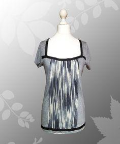Cooles graues T-Shirt mit U-Ausschnitt, der durch eine schwarze Zierborte begrenzt ist von Lady-Mabelicious auf Dawanda.de  Als Hingucker sind 31 Merino-Wollfäden auf der T-Shirtfront a