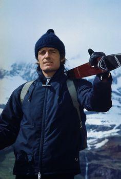 """Jean-Claude Killy, champion olympique français à Grenoble, porte ses skis """"à l'ancienne"""" :)"""