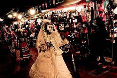 Una fiesta en la ciudad de México... Dias de los Muertes....personas...el disfraz....comida...ocupada...día festivo...