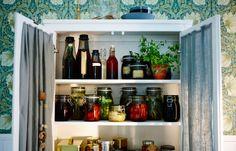 Замаринуйте свои любимые овощи и наполните буфет разноцветными банками.