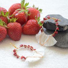 boucles d'oreilles blanches et rouges en pierres et pompons, bijoux romantiques, bijou fin et romantique