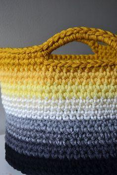 Uma cesta  tricotada  com nove cores para criar   este lindíssimo e moderno efeito degradê       TUTORIAL + PATTERN       via Crochet I...