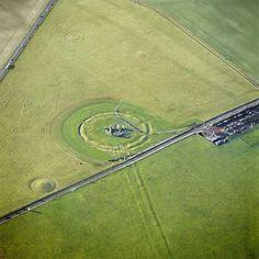 Stonehenge.................................Com toda esta aura de suspense e magia, fica fácil acreditar piamente nas imagens que mostram Stonehenge como um grande oásis de pedra em meio a uma imensidão verde praticamente intocada pelo homem. Mais uma vez, porém, um plano mais aberto revela que logo ao lado destes monumentais círculos concêntricos passa uma estrada e há até mesmo uma ruazinha para facilitar o acesso das hordas de turistas.