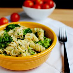 Skinny Chicken Broccoli Alfredo via Iowa Girl Eats. Check it out, great recipes! Healthy Cooking, Healthy Eating, Healthy Recipes, Free Recipes, Healthy Food, Yummy Food, Pasta Recipes, Dinner Recipes, Cooking Recipes