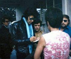 J adore son look rock classieux 1970 10 01 Elvis avec des fans entre deux projections de TTWII