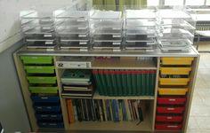 Kastje achteraan: bovenaan een bakje per leerling. Onderaan gelabelde schuifjes met materialen en, woordenboeken en informatieve boeken.