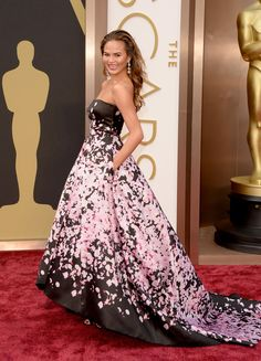 Chrissy Teigen - Mrs John Legend, in Monique Lhuillier: 2014 Oscars Robes D'oscar, Vestidos Oscar, Monique Lhuillier Dresses, Oscar Fashion, Fashion 2014, Fashion Trends, Oscar Dresses, Oscar Gowns, Red Carpet Gowns