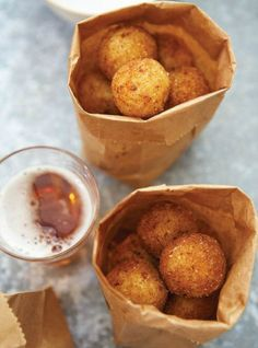 ♡ LINE BOTWIN ♡ Arancinis au fromage (style fondue au parmesan) Appetizer Recipes, Snack Recipes, Cooking Recipes, Appetizers, Arancini Recipe, Fingers Food, Italian Street Food, Italian Foods, Ricardo Recipe
