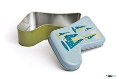 Caixa de metal, em forma de bota, para um natal mais colorido.  Veja esta e outras embalagens na nossa loja online: http://loja.mediapack.com/pt/bota-de-metal-com-motivos-natalicios/