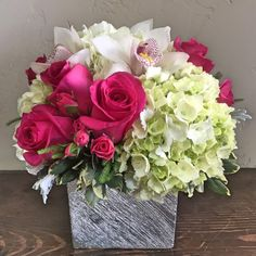 Idea for using hydrangeas and clusters for tall table spears. Take out orchids and soften rose color Home Flowers, Fresh Flowers, Beautiful Flowers, Flowers Garden, Summer Flowers, Flower Arrangements Simple, Floral Centerpieces, Centrepieces, Send Flowers Online