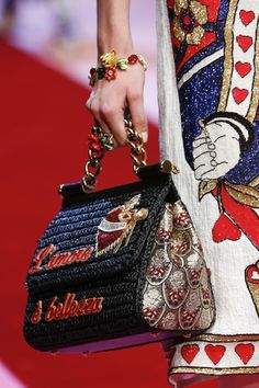 Detail / Dolce & Gabbana / Mailand / Frühjahr 2018 / Kollektionen / Fashion Shows / Vogue Dolce & Gabbana, Dolce And Gabbana Handbags, Trendy Handbags, Fashion Handbags, Purses And Handbags, Fashion Bags, Fashion Accessories, Vintage Purses, Vintage Bags