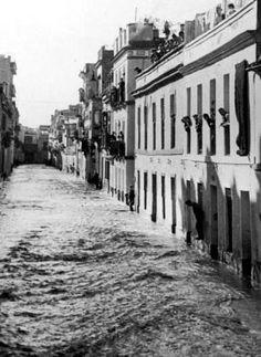 No, no es @Aquopolis_sev , es la calle Castilla (Triana) durante la riada de 1947. Catastrófica estampa.