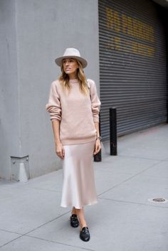 09 a silver midi slip dress, a blush sweater, a creamy hat and black slipper mules for a trendy fall outfit - Styleoholic Backless Loafers, Look Dark, Trendy Fall Outfits, Girly Outfits, Beige Outfit, Casual Look, Satin Dresses, Skirt Outfits, Pulls