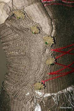 Corsetto in lino grezzo,lavorato al telaio ed uncinetto. Novità i bottoni in filigrana e swarovski realizzati ad uncinetto