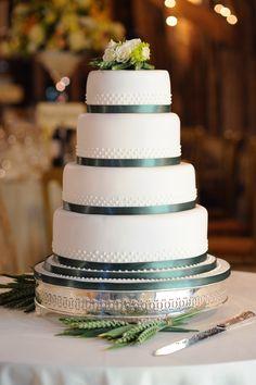 Klassische Hochzeitstorte mit dunkelgrünen Elementen