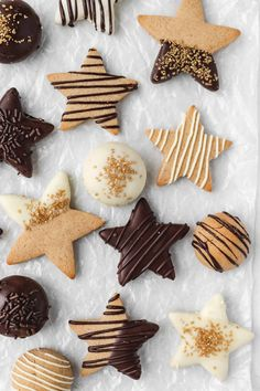 Chocolate Covered Gingerbread Cookies are soft in the centers, crisp on the edges, and perfectly spiced - perfect Christmas cookies! Christmas Sweets, Christmas Cooking, Christmas Holiday, Italian Christmas, Christmas Gingerbread, Gingerbread Houses, Modern Christmas, Christmas Decorations, Chocolate Covered