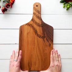 Wood Burned Cutting Board DIY From a plain old cutting board to a work of art thanks to a little wood burning. The post Wood Burned Cutting Board DIY appeared first on Wood Ideas. Wood Burning Crafts, Wood Burning Patterns, Wood Burning Art, Wood Burning Projects, Diy Wood Projects, Wood Crafts, Woodworking Projects, Wood Board Crafts, Woodworking Wood