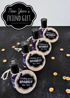 """Simple and fun New Year's Friend Gift. Glitter nail polish with a printable gift tag that reads """"Wishing you a Sparkly New Year"""". Happy New Year Gift, New Year Wishes, New Year Gifts, New Year's Crafts, Kid Crafts, Free Printable Gift Tags, Diy Nail Designs, Team Gifts, Coach Gifts"""