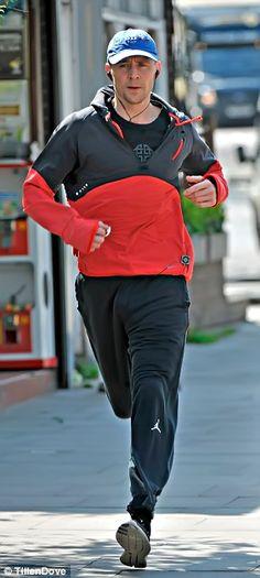 Tom Hiddleston jogging round Regent's Park incognito in a blue baseball cap and earphones. Source: http://www.dailymail.co.uk/tvshowbiz/article-3593886/SEBASTIAN-SHAKESPEARE-Tom-Hiddleston-running-Bond.html (Via Torrilla)