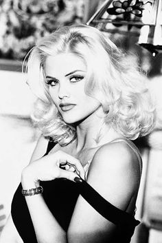 Anna nicole. A beautiful woman who died too young of hollywood's fast lane