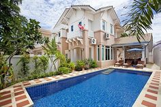 Tijdens het verblijf in het Jomtien Summertime Villa heb je geen zorgen over het passerende verkeer. De villa is een hoekhuis aan het einde van een cul-de-sac! De villa biedt hoge bomen van uw tuin een prive zwembad van 32 vierkante meter. Het overdekte terras is een super plek om te ontspannen en te genieten…