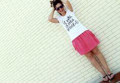 Look casual con camiseta verbenera de Lucía Be, falda de lunares y palas planas negras con lazo marinero de Zara de otras temporadas.