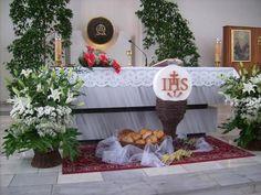 (notitle) - First Communion - Church Altar Decorations, Christmas Decorations, Table Decorations, Altar Flowers, Church Flowers, Corpus Christi, Large Flower Arrangements, Church Design, First Holy Communion