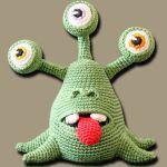 http://www.zhaya.de/downloads/eddie.pdf Kawaii Crochet, Crochet Toys, Crochet Teddy, Crochet Bear, Crochet Animals, Cute Crochet, Crochet Crafts, Crochet Projects, Stuffed Animal Patterns