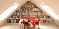 UNDER SKRÅTAKET: Endeveggen i loftsstuen er utnyttet til oppbevaring av bøker.