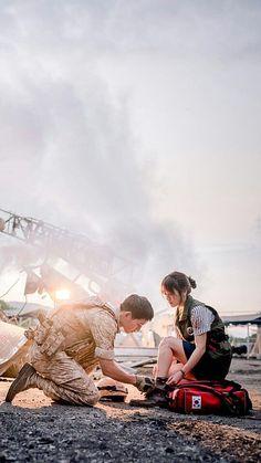 Por mais homens assim 💛 Descendants of The Sun 태양의 후예 Starring: Song Joong Ki 송중기 as Yoo Si Jin Song Hye Kyo 송혜교 as Kang Mo Yeon Jin Goo 진구 as Seo Dae Young Kim Ji Won 김지원 as Yoon Myung Joo Onew 온유 (이진기) as Lee Chi Hoon Drama Korea, Desendents Of The Sun, Les Descendants, Kim Myungsoo, Sun Song, Best Kdrama, Moorim School, Songsong Couple, Jin Goo