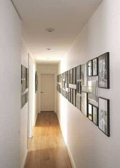 Des cadres photos font la déco dans ce long couloir