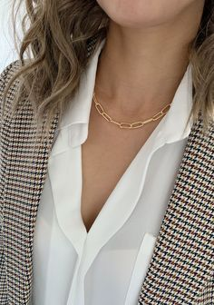 Pearl Necklace Outfit, Leaf Necklace, Silver Chain Necklace, Fashion Necklace, Fashion Jewelry, Colar Fashion, Blazers, Dainty Earrings, Jewelry Model