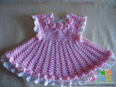 Charmante robe rose , bordée de blanc et au bustier fleuri , trouvée sur la page facebook de & Compartiendo & , avec ses grilles gratuites .