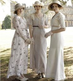 Downton style: the sisters. Lady Sybil Crawley, Lady Edith Crawley, and Lady Mary Crawley. Played by Jessica Brown Findlay, Laura Carmichael, and Michelle Dockery. Downton Abbey Costumes, Downton Abbey Fashion, Downton Abbey Mary, Edwardian Fashion, Vintage Fashion, Edwardian Style, 90s Fashion, Fashion Dresses, Edwardian Dress