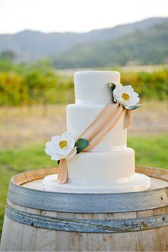 Simple magnolias on cake. Pretty Cakes, Beautiful Cakes, Amazing Cakes, Realistic Cakes, Wedding Renewal Vows, Black Wedding Cakes, Do It Yourself Wedding, Cake Tasting, Rustic Cake
