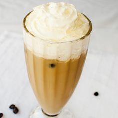 Nic nie gasi pragnienia w upalne dni jak mrożona kawa. Frappe, Hot Chocolate, Pudding, Tea, Coffee, Drinks, Desserts, Food, Kaffee