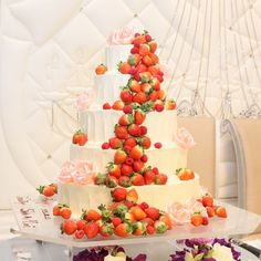 結婚式場写真「いちごがたくさんのウェディングケーキ♪」 【みんなのウェディング】