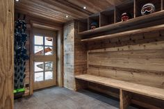 Entrance to the chalet in Méribel, old wood and storage. / Entrance of the Chale …… – Wood decoration – – Informations About Eingang zum Chalet in Méribel, altes Holz und Lagerung. / Eingang der Chale …… – Holz Dekoration – – Pin You can … Chalet Design, Ski Chalet Decor, Chalet Chic, Alpine Chalet, Chalet Interior, Chalet Style, Interior Design Living Room, House Design, Kitchen Interior