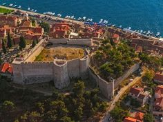 Šibenik, the city of fortresses, is living its amazing past. One of those fortresses is under the protection of UNESCO since December Croatia Itinerary, Croatia Travel, Italy Travel, Montenegro, Places Around The World, Around The Worlds, Mountain Landscape, Homeland, Where To Go