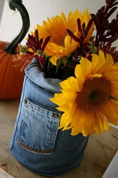 Denim vase - How cute for a fall arrangement! I could use the Denim ceramic that I already have. Fall Arrangements, Denim Crafts, Jean Crafts, Rustic Centerpieces, Flower Centerpieces, Wedding Centerpieces, Ideias Diy, Creation Couture, Mason Jar Crafts