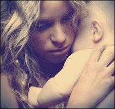 Mariposas cuándo estoy contigo  Vuelan de mi ombligo hasta ti  Son tantas cosas las que harás nacer en mi..  Quiero que mi vientre sea nido  Siembra tu ternura en mi  Son tantas cosas las que haré crecer en ti