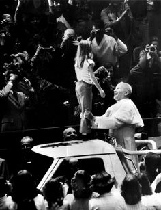 Saint John Paul II The look of complete joy as he holds a young girl on top of the Popemobile - she must have felt so honoured Saint John, Pope John Paul Ii, Paul 2, Catholic Saints, Roman Catholic, Anima Christi, Holy Art, Papa Juan Pablo Ii, Religion Catolica