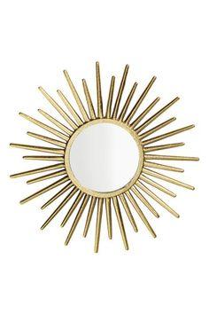 Okrągłe lustro: Okrągłe lustro z wytłaczaną ramą z metalu. Wkręty nie są dołączone. Średnica lustra 12 cm, średnica ramy ok. 33 cm.
